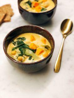 Deze Thaise curry soep is ideaal als je weinig tijd hebt om te koken, maar toch snel een gezonde maaltijd op tafel wil zetten. Door de zoete aardappel en de kikkererwten is dit een goedvullende soe…