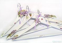 Lawenda- komplet trzech oryginalnych wieszaków, malowane i ozdabiane ręcznie. Wieszaki wykonane w pojedynczych egzemplarzach. Wielokrotnie lakierowane satynowym lakierem.