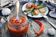 Sriracha, en spicy tykk tomatsaus opprinnelig fra Thailand, passer til nesten alt! Mens originalen er laget av chili, eddik, hvitløk, sukker og salt, er denne enda et hakk sunnere uten raffinert suk...