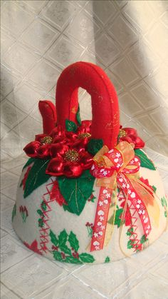 Santa Ho Ho Ho, Ornament Wreath, Ornaments, Margarita, Christmas Wreaths, Arts And Crafts, Holiday Decor, Cami, Home Decor