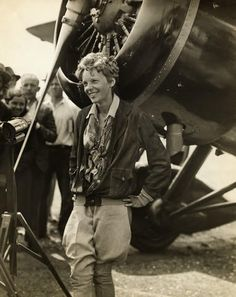 Amelia Earhart always looked so cool. poem of the day and tribute to Amelia Earhart: Voices of the Air by Katherine Mansfield Amelie, Amelia Earhart Biography, Amazing Women, Great Women, Katherine Mansfield, Female Pilot, Famous Women, Powerful Women, Historical Photos