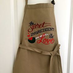 Diy kitchen gifts for mom 17 Ideas Kitchen Aprons, Kitchen Gifts, Kitchen Vinyl, Kitchen Towels, Grandma Gifts, Gifts For Mom, Diy Gifts, Grill Apron, Embroidered Apron