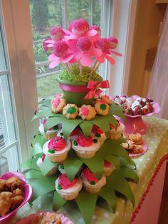 Base de cupcakes decorada para fiesta temática de hadas. #FiestaDeHadas