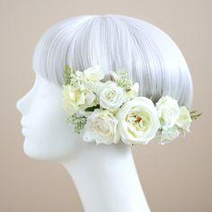 上品に咲くピュアな花顔。バラの気品をまとう髪飾り。多くの女性のあこがれの花、ウェディングでは王道の人気を誇ります。咲姿の美しい3種のバラを、アレンジも楽しい6点セットの髪飾りにお仕立てしました。白 バラ 髪飾り6点セット/シルクフラワー(造花)