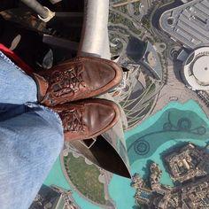 Increíble fotografía en el borde del edificio más alto del mundo, el Burj Khalifa de Dubai