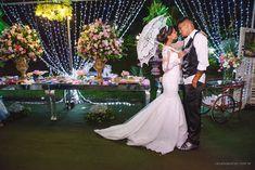 Foto por Cláudia e Victor Fotografias ❤ Iracema & Rhayne em Vila Velha/ES ❤ Decoração de casamento com tons de rosa e cortina de LED | Wedding + Outdoor, blush and pink, lights