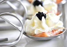 Elegant Heavy appetizers - Appetizer Spoons with Smoked Salmon, Heavy Cream and Lumpfish Eggs Shot Glass Appetizers, Heavy Appetizers, Quick And Easy Appetizers, Easy Appetizer Recipes, Fish Recipes, Individual Appetizers, Smoked Salmon Appetizer, Tapas, Buffet