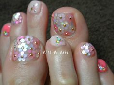 toe nails flowers - I wish I had the patience to sit and do this to my toes! It'd look amazing at a pool party or the beach!
