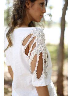 Blusa com Pérolas Bordadas, Ombro Vazado - Off White