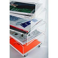 Tavolino portariviste moderno in plexiglass trasparente. #plexiglass #design #designtrasparente #trasparente #shopping #online #portariviste #roma #verona #soggiorno