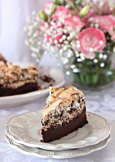 Торт шоколадный с безе и орехами