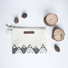 Mountain Zipper Jewelry Pouch, Pencil Case, Purse, Cosmetic bag with handmade print Mountain Zipper Jewelry Pouch Pencil Case Purse от MonimalJewelry - Schönheit von Make-up Zipper Jewelry, Leather Label, Coin Purse Wallet, Stamp Making, Linocut Prints, Cotton Bag, Zipper Pouch, Cosmetic Bag, Hand Stamped