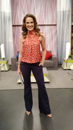 Regiane Tápias veste  blusa Damyller, calça Le Lux e acessórios Amoo Bijoux.