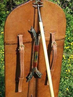 Pavisa - Escudo de asedio - Parte trasera, fijada al suelo mediante un soporte