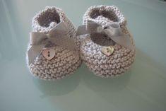 Chaussons en soie gris perle.
