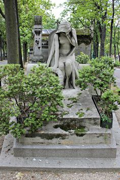Don´t look at me! I´m nude and vulnerable... / Grave of Family Pepa-Bonafe by S. Ruehlow, via Flickr