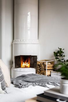 """42 Lovely Scandinavian Fireplace To Rock This Year. A stone fireplace design your pioneer ancestors would envy is the """"Multifunctional Fireplace. Beige Living Rooms, Living Spaces, Home Living Room, Style At Home, Scandinavian Fireplace, Stone Fireplace Designs, Grey Kitchen Designs, Home Fireplace, Fireplaces"""
