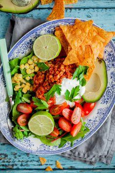Fredagen är redan här och hur många av er har börjat ladda upp inför kvällens fredagsmys? Förra veckan la jag ut på Instastory när jag gjorde min alla bästa och enkla vego tacos. Som ni kanske märkt vid det här laget är jag inte speciellt mycket för att använda soya eller quornfärs. Jag hittar h Burritos, Tacos, Cobb Salad, A Food, Sushi, Veggies, Vegetarian, Eat, Ethnic Recipes