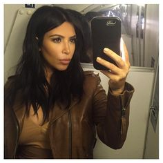 Kim Kardashian Cuts Her Hair - See Before & After Photos!: Photo Kim Kardashian is finally showing off her haircut after teasing her fans over the weekend about chopping off her locks. Kim Kardashian Selfie, Kim Kardashian Cabelo, Kardashian Style, Kim Kardashian Long Hair, Kim Kardashian Hairstyles, Kardashian Photos, Cut Her Hair, Hair Cuts, Medium Hair Styles