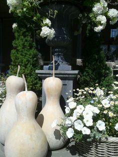 Als decoratie 3 gedroogde kalebassen. Behandeld met een white wash