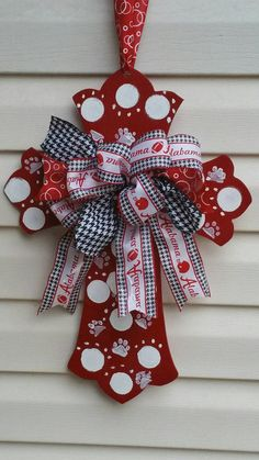Check out this item in my Etsy shop… Alabama Football Wreath, Alabama Wreaths, Football Team, Alabama Decor, Alabama Crafts, Diy Arts And Crafts, Diy Crafts, Cross Door Hangers, Wooden Door Signs
