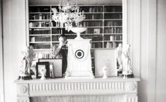 Autorretrato con reloj. Bioy Casares en uno de sus dos escritorios, en el piso de Posadas y Schiaffino, septiembre de 1959.