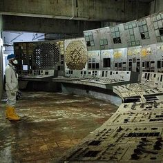 This is the control room of Chernobyl Reactor In this room, on April a series of mistakes, failures, and errors led to the reinsertion of all the control rods, causing three explosions. Chernobyl Reactor 4, Reactor Nuclear, Chernobyl 1986, Chernobyl Disaster, Abandoned Buildings, Abandoned Places, Desert Places, Nuclear Disasters, A Level Art