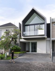 Image 37 of 79 from gallery of 'HHH' House / Simple Projects Architecture. Photograph by Mansyur Hasan Modern Architecture House, Modern House Design, Architecture Design, Residential Architecture, Modern Minimalist House, Gable House, Townhouse Designs, Narrow House Designs, House Elevation
