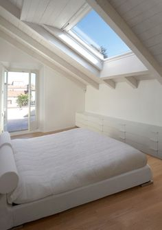 Beautiful natural light in the bedroom with roof lights - Bright loft bedroom . Beautiful natural light in the bedroom with roof lights – Bright loft bedroom with roof windows Attic Master Bedroom, Attic Bedroom Designs, Bedroom Loft, Design Your Dream House, House Design, Loft Conversion Bedroom, Casa Milano, White Exterior Houses, Rustic Stairs