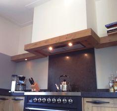 Een inbouw afzuigkap wordt gelaatst in een zelf getimmerde schouw Grease, Integrated Cooker Hoods, Wall Oven, Interior Design Kitchen, Retro, Cool Kitchens, Kitchen Dining, New Homes, House Design