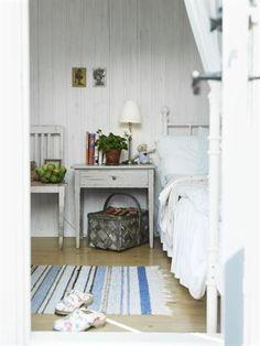 <strong>Kika in i gästhuset.</strong> Tavlorna är från 40-talet och ett arv. Stol och korg är grovsopsfynd, trasmattan från mormor och dagbädden från Ikea.