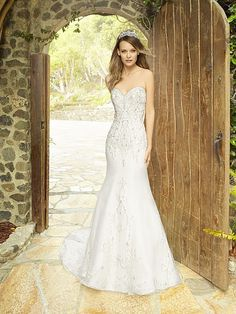 Sweetheart gown by @MoonlightBridal features our EVELYN Tiara