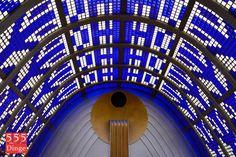 147 / Montags in den Himmelssaal gehen -  Der Himmelssaal, eine parabolischen Kuppel aus blauen und weißen Glasbausteinen, hat eine besondere Licht- und Raumwirkung und sollte ein mystischer Ort sein. An der Stirnseite wiederholen sich die Symbole des Hauptportals und an den Seiten des parabelförmigen Daches erscheint überall der Lebensbaum in blauen Glasbausteinen.