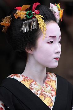 MAIKO KYOUKA............PARTAGE OF JUST LOVE JAPAN........ON FACEBOOK.........In 1842, the reform Tenpō outlawed prostitution and had the pleasure of close quarters, but they reopened in 1851. In 1886, in order to maintain control over the activities of the geishas, the government set an official price for their activities...................