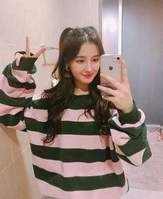 nancy ostentando o iphone Nancy Momoland, Nancy Jewel Mcdonie, Kpop Girl Groups, Korean Girl Groups, Kpop Girls, Seungri, Jeanne, K Idol, Korean Celebrities