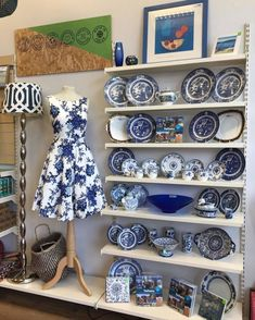 Window Display Retail, Window Display Design, Retail Displays, Shop Displays, Charity Shop Display Ideas, Shop Ideas, Retail Merchandising, Vintage Windows, Vintage Shops