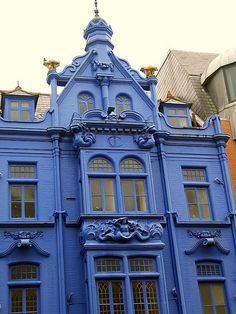 Only this type of house could pull off this color -- gorgeous!