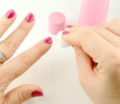 Odlakovač s obsahom acetónu sa nachádza snáď v každej kúpeľni. Je neodmysliteľnou súčasťou manikúry, veď upravené nechty sú vizitkou každej ženy. Ak ste ho doteraz používali iba na zbavovanie sa laku...