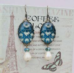 Orecchini pendenti con Cabochon blu e bianco e di LaBoiteABonheur