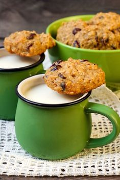 Quinoa Chocolate Chip Cookies - well the LOOK like chocolate chip cookies. Love quinoa so I'll have to give these a try. Healthy Desserts, Delicious Desserts, Yummy Food, Healthy Recipes, Köstliche Desserts, Gluten Free Desserts, Dessert Recipes, Chocolate Chip Cookies, Chocolate Chips