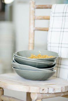 Satz von 4 Pasta-Schüssel, graue Schale, Keramik Schale, Weihnachtsgeschenk dienen  Diese Schale kommt als ein Satz von 4 Schalen. Die Schalen wurden von mir entworfen, jede Schale ist eindeutig von Hand geformt. Sie haben einen modernen und eleganten Look, mit wechselnden Farben Grau wie oben, weiss, Aqua-grün und schwarz.  Diese Schalen sind perfekt zum Servieren von Salat, Suppe, Reisnudeln oder Pasta. Sie sind auch ideal für jede Art von Desserts und natürlich wird viel geschätzt als…