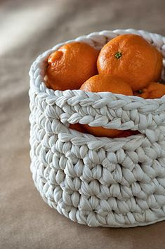A quick and easy crochet basket... ♥ This super sturdy basket is made with chunky yarn and a 12mm hook giving you, almost instant results! Follow the free pattern in spanish or english at Lanukas.