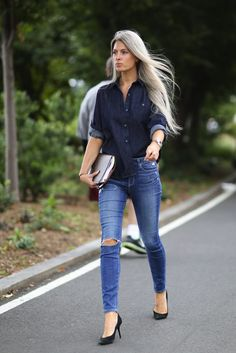 No one does denim on denim better than Sarah Harris. From: NYFW Street Style Day Sarah Harris's Fashion Week look doesn't try too hard. Nyfw Street Style, Looks Street Style, Cool Street Fashion, Look Fashion, Fashion Tips, Fashion 2015, Fashion Editor, Fashion Women, Fashion Beauty