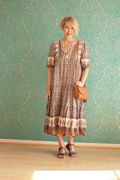 A fashion blog for women over 40 and mature women  Dress: Malene Birger Sandals: Dorothee Schumacher Bag: Zara