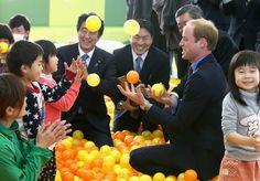 PEDRO HITOMI OSERA: Príncipe William se diverte brincando com crianças...
