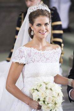 Prinsessan Madeleine med brudbuketten i högsta hugg.