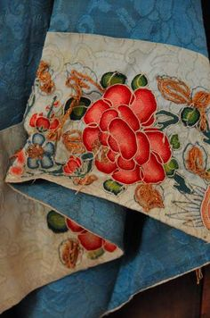 detail from Chinese silk robe Embroidery Cards, Chinese Embroidery, Floral Embroidery, Embroidery Stitches, Embroidery Patterns, Chinese Flowers, Thread Painting, Pillow Fabric, China Art