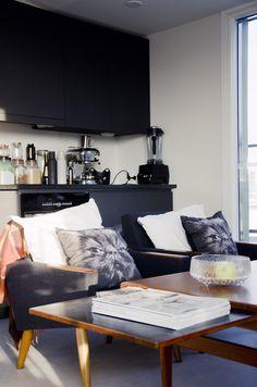 nojatuoli,tyynyt,keittiönkaapit,keittiö,olohuone