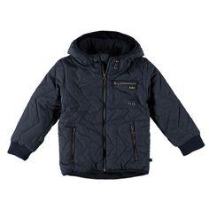 Warme Kidzface winterjas met vaste capuchon voor jongens in de kleur blauw. Deze stoere jas, uit de Kidzface winter collectie, is gemaakt van polyester met nylon en houd jouw kind heerlijk warm. De winterjas is verkrijgbaar in de maten 110-116 t/m 146-152 en sluit met een ritssluiting. Op de voorkant twee afsluitbare paspelzakken en de uiteinden van de mouwen hebben gebreide boorden. De binnenkant is gevoerd met fleece en de jas heeft een polyester vulling.