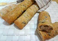 I bastoncini di pane alle olive sono una gustosa alternativa al pane. Ideali da servire durante il pranzo o la cena per accompagnare i vostri piatti.